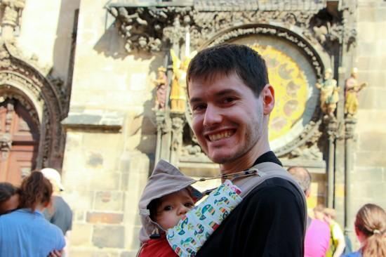 El papa i l'Ona davant del rellotge astronòmic