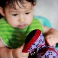 L'Ona juga amb les sabatilles tailandeses
