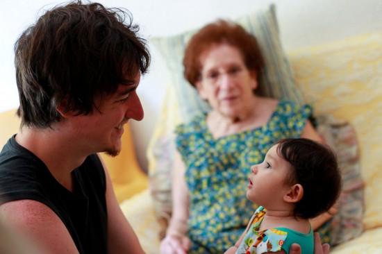 L'Ona mira fixament el Xavi, amb la besàvia de fons