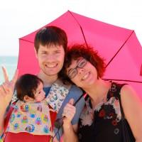 L'Ona amb el papa i l'Eli a la platja