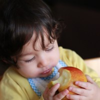 Menjant poma