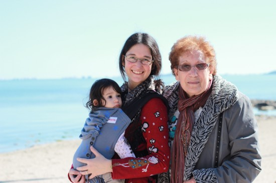 Ona, Sílvia i besàvia Encarna davant del mar